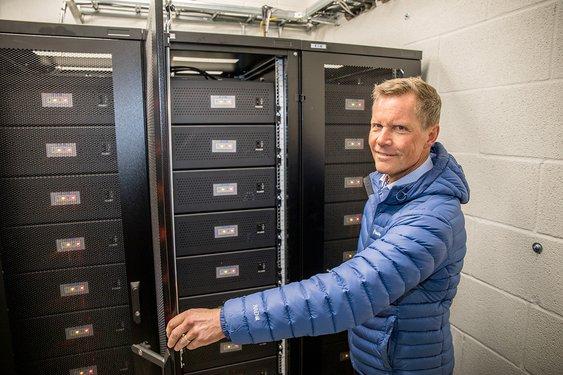 – Batteriene sørger for at toppene reduseres med fornybar solenergi. Dette bidrar til å skape et mer robust og stabilt strømnett. Kultur- og idrettsbygg tar derfor et viktig samfunnsansvar ved å installere batterier med strømstyring, sier Jon Helsingeng, administrerende direktør for Eaton i Norge.