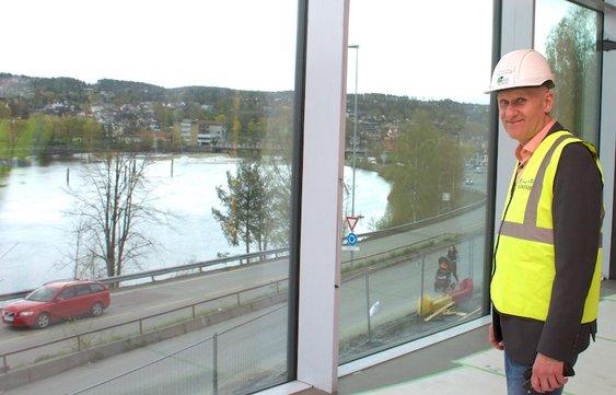 Den nye ungdomsskolen i Kongsberg ligger rett ved Numedalslågen. Her nyter produksjonssjef i KKE, Brynjar Henriksen, utsikten fra skolen bibliotek.
